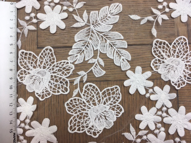 Broderie feuillages 3D sur tulle 6043